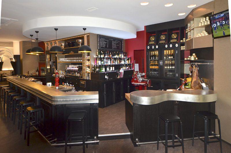 Le bar Les Colonnes à Biartiz et son comptoir en étain fabriqué par les Ateliers Nectoux