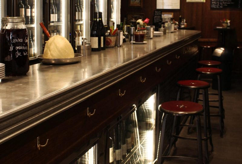 La bar en étain de profil