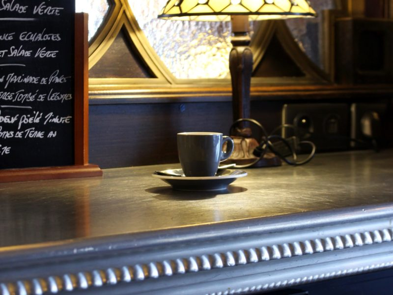 Un café sur le comptoir en étain du bar le Sarah Bernhardt