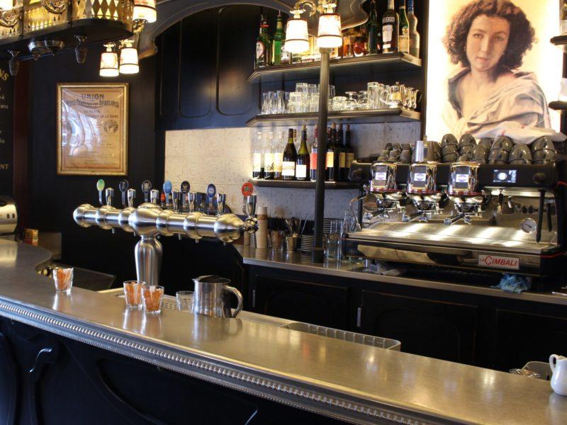 Vue de profil plongeante du comptoir du bar