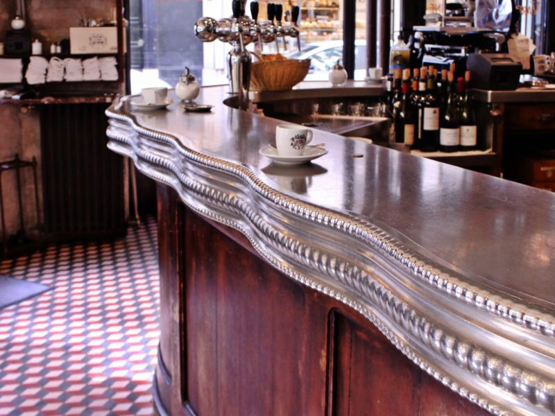 Des cafés sur le comptoir en étain du Varenne, rue de Varenne à Paris