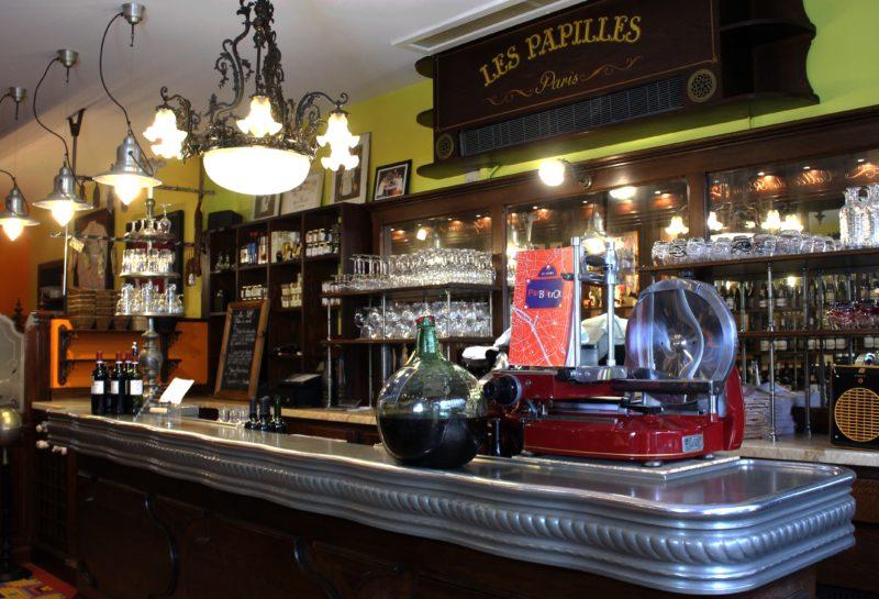 Le comptoir du restaurant Les Papilles à Paris