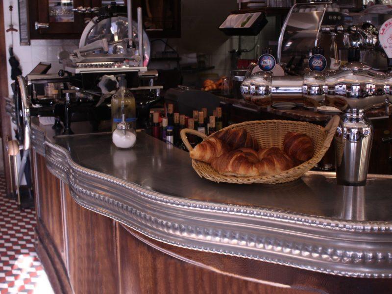 Croissants et cafés sur le comptoir du Varenne