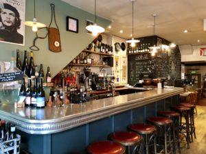 Le comptoir en étain style 1900 du pub La Soif à Londres